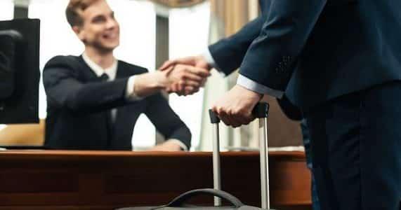 Receptionist d'albergo con cliente