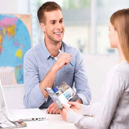 Agente di viaggio e cliente donna