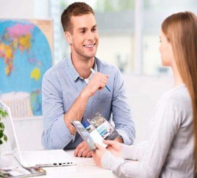 Agente di viaggi e cliente donna