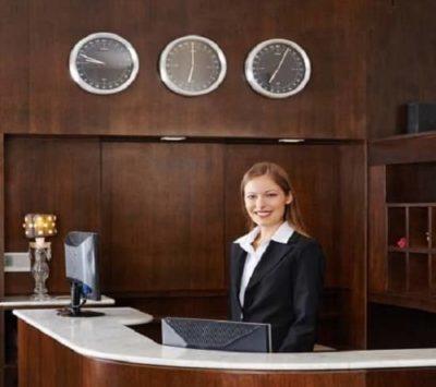 Addetta alla receptionist in posa per la foto