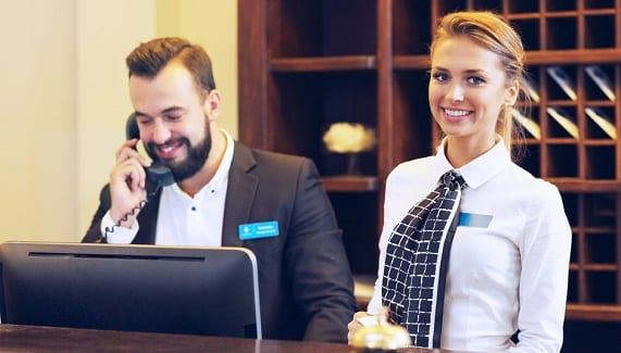 Receptionist d'hotel al lavoro